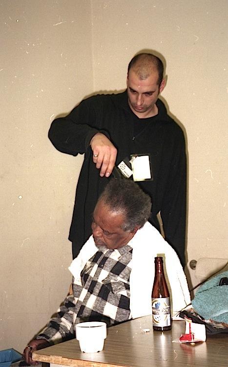 Jeff Lucas shaving Lloyd Knibb backstage Hof Ter Lo, Antwerp, Belgium 1996