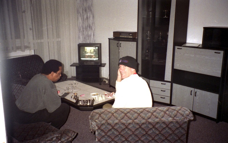 Will Clark and Bill Smith with a chess in the living room, Chemnitz 1996