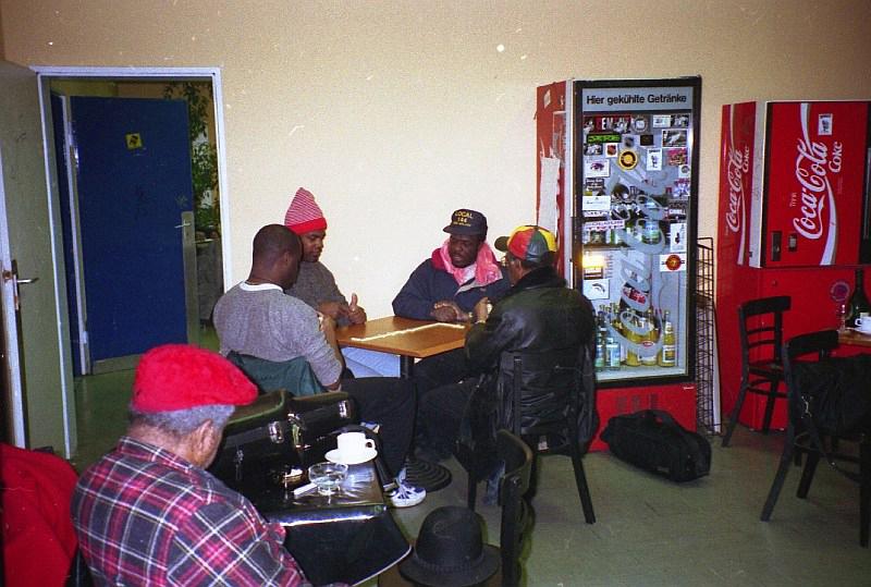Rolando Alphonso, on the table: Tony Looby, Kirk Throne, Devon James, Lloyd Knibb backstage Skasplash FZW, Dortmund 1996
